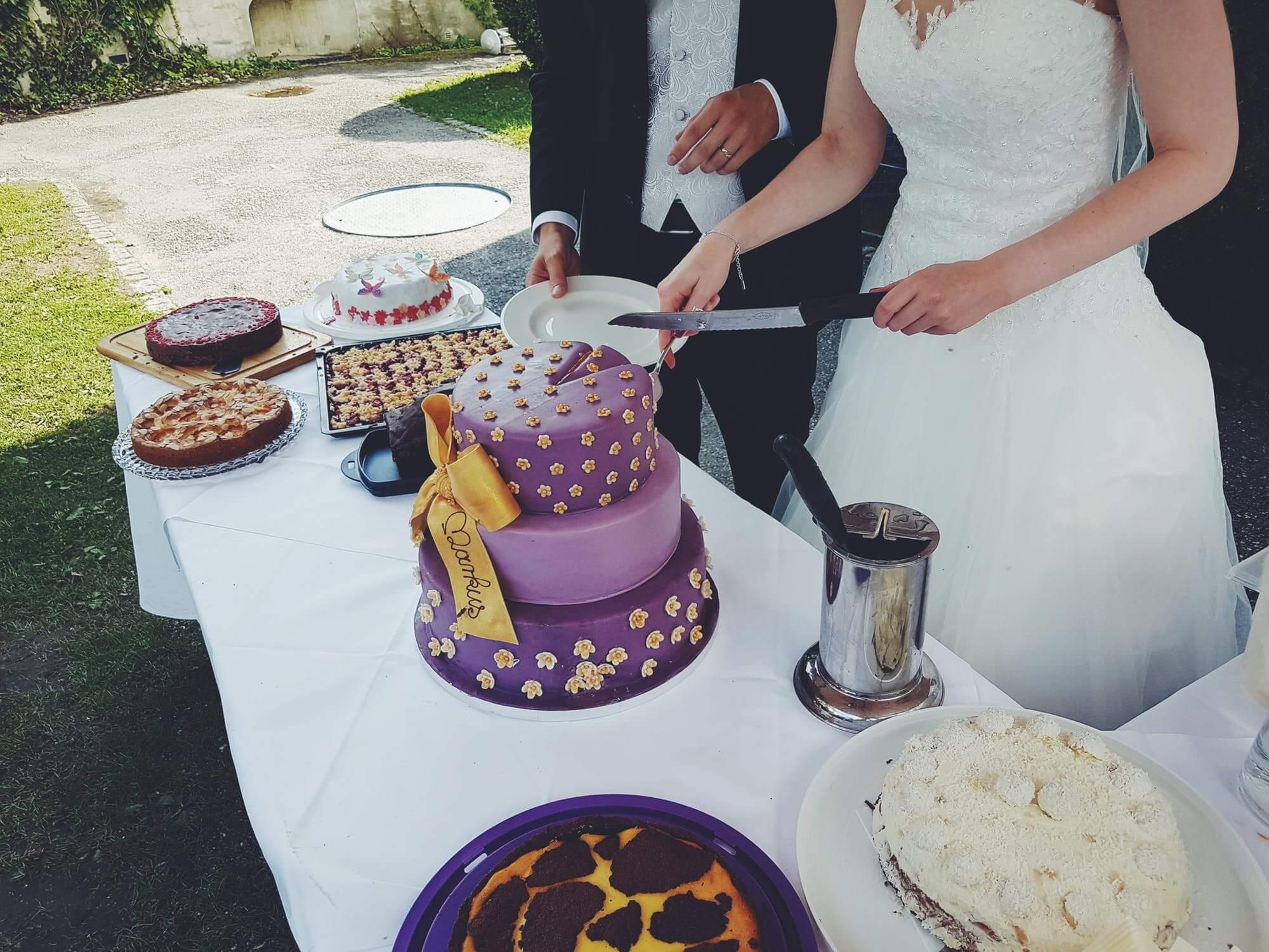 Bogato zdobiony tort weselny