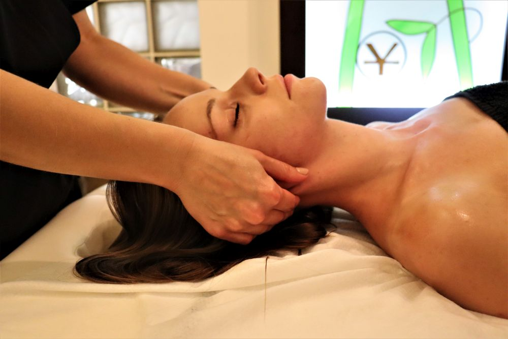 głowa modelki masowana przez masażystkę